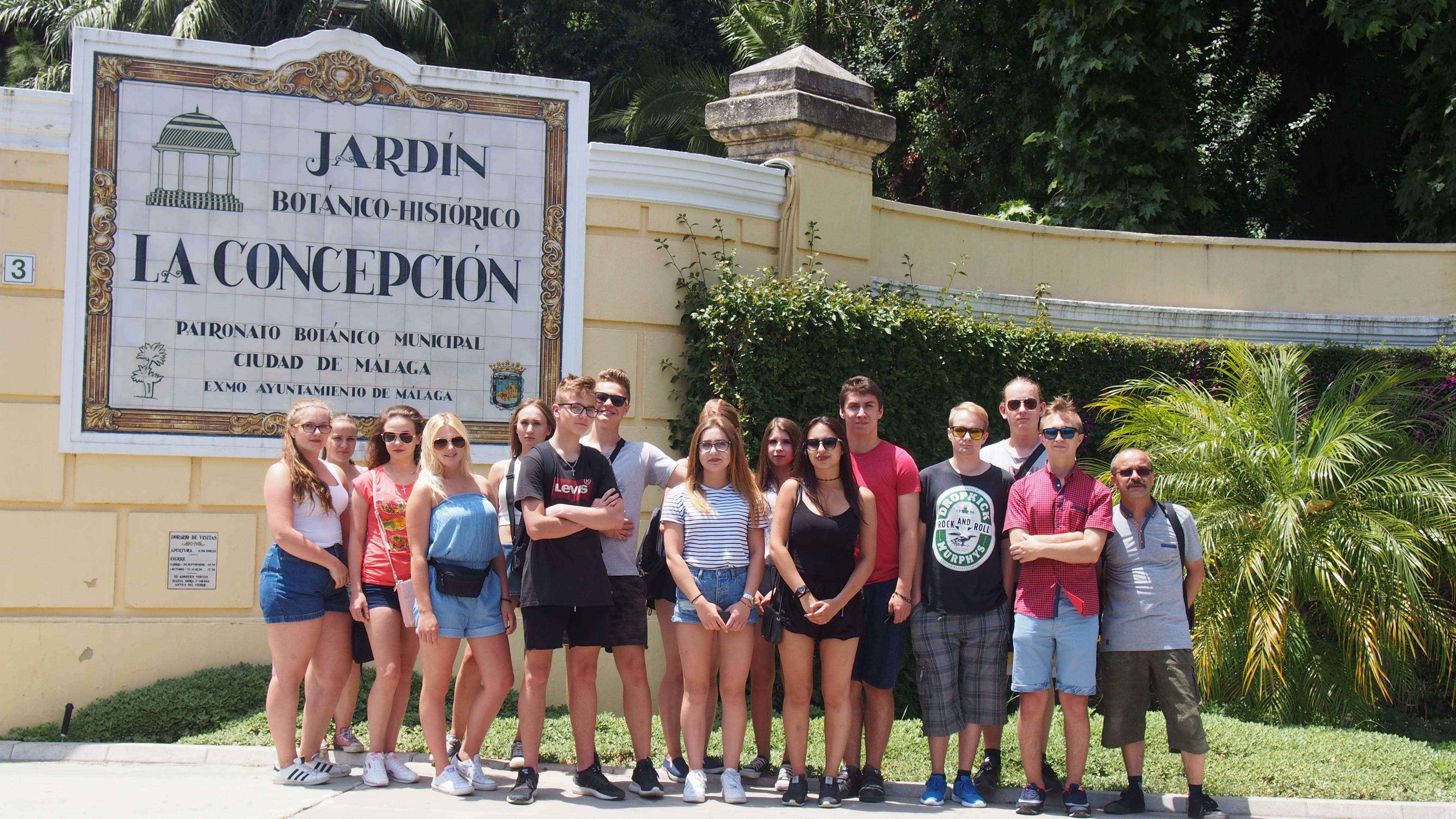 Grupa przed wejściem do Ogrodu Jordanowskiego